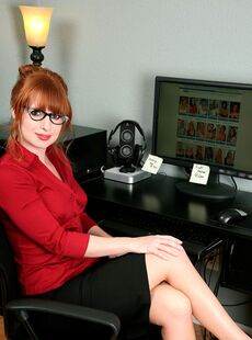 Mature Secretary Amber Dawn Strips And Slides A Thin Toy In Her Muff 18215238