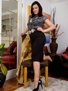 Brunette Housewife Sofia Matthews Toys Her Snatch In Retro Nylons And Heels